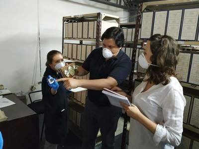 Bióloga chilena capacitó sobre biodeterioro de patrimonio bibliográfico y documental