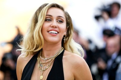 Miley Cyrus afirma que es por su mamá que volvió a fumar marihuana