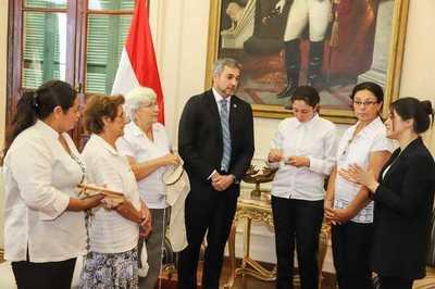 Exhortan a funcionarios públicosa la utilización de prendas de ao po'i