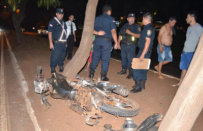 Motociclista muere tras chocar contra un árbol