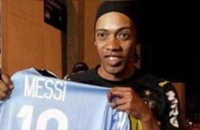 Ronaldinho usa a doble para evitar a la prensa
