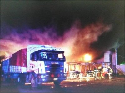 Incendio afecta a parada de ómnibus de la Línea 28