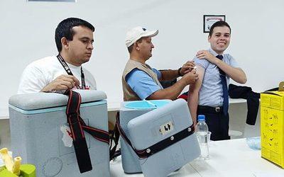 Inmunizan a trabajadores de comercios en CDE