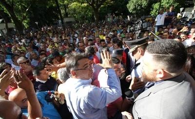 HOY / Taxistas agreden a periodistas durante presentación de amparo contra MUV y UBER