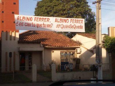 """""""Albino Ferrer, ¿es cierto que te vas?"""". Pasacalle frente al IMA"""