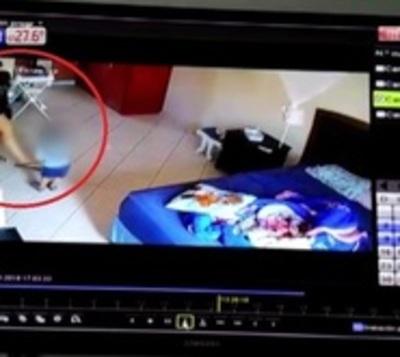 Niñera fue detenida tras ser grabada maltratando a un bebé