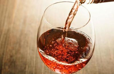 ¡Qué clase de brujería es esta! Inventan un agua que sabe a vino y no emborracha