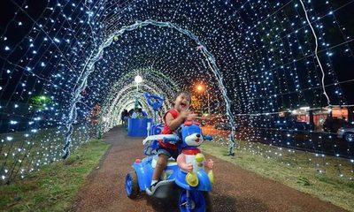 Inauguran tunel de luces de navidad en Presidente Franco