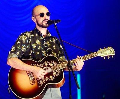 Abel Pintos emociona y cautiva con sus canciones