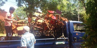 Comisión de padres compró sillas para escuela de Coronel Martínez