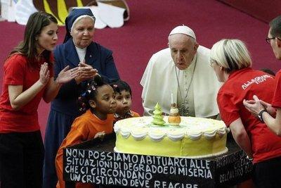 """Papa pide """"no mundanizar la Navidad"""" con el consumismo y ayudar a los pobres"""