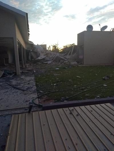 Unos 30 hombres habrían atacado viviendas