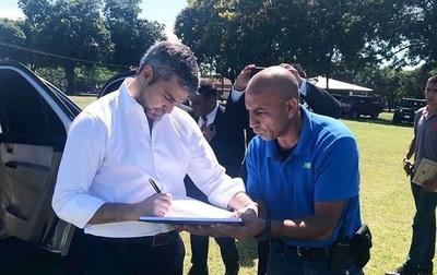 Abdo Benítez firma autorización para que su hijo cumpla el cuartel