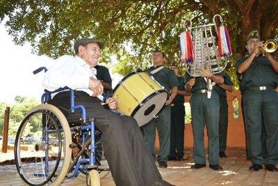 Un héroe de la guerra festejó 102 años
