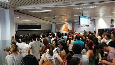 Cientos de personas aguardan a familiares en el Aeropuerto