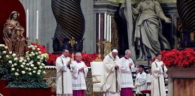"""El Papa clama en misa del Gallo contra """"la avidez de la humanidad"""""""