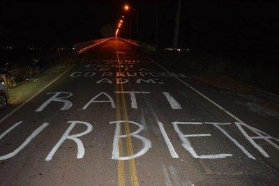 Pintan puente durante protesta en Concepción