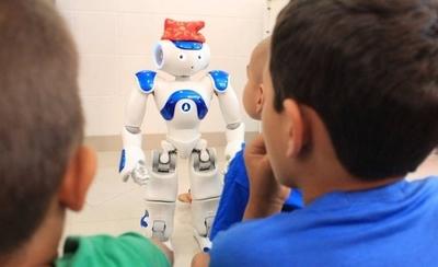 HOY / Los robots Pepper y Nao de  Itaipú 'revolucionan' a niños del   Padiátrico Acosta Ñu