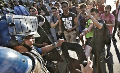 HOY / Impuesto camuflayado de SMO: jóvenes intentan 'atropellar' casa presidencial en plan de rechazo