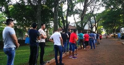 Objetores de conciencia forman larga fila en la Gobernación de Alto Paraná