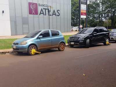 Denuncian a funcionarios que extorsionan a automovilistas tras poner cepos