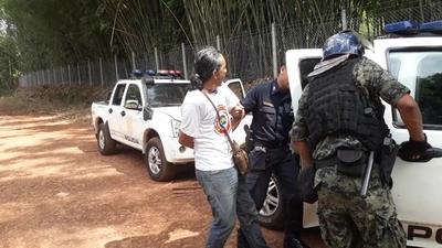 Detienen a polémico artista plástico por desacatar una orden judicial