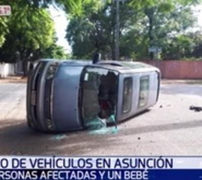 Vuelco de vehículo tras choque deja un bebé y dos adultos heridos