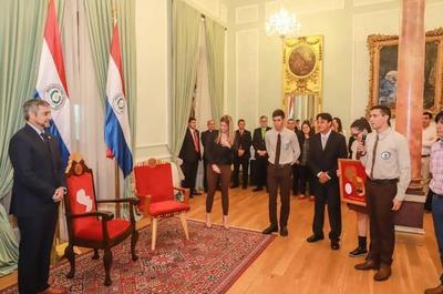 Alumnos de la Escuela Forestal diseñan nueva silla al Presidente de la República