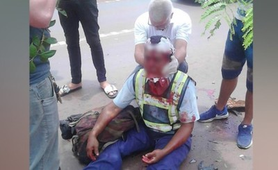 Motociclista embiste por atrás a otro vehículo