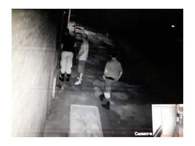 Polis están presos por entrar a robar en casa de un estafador