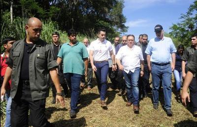 COMITIVA VERIFICA LUGAR DONDE SE CONSTRUIRÁ EL SEGUNDO PUENTE CON BRASIL