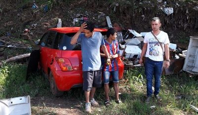 Atrapan a dos delincuentes y recuperan vehículo robado