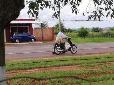 Lleva a su mascota en moto