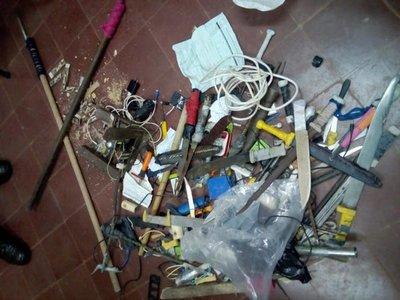 Requisan armas punzantes y celulares en cárcel de San Pedro