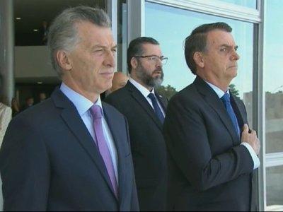 Bolsonaro recibe a Macri en Brasilia con honores de Estado