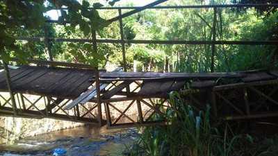 Puente de un barrio está a punto de derrumbarse