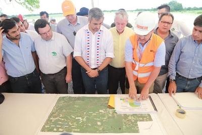 Abdo Benítez inaugura y verifica obras en el Chaco