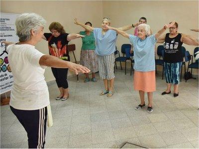 Adultas mayores hacen zumba y pilates  en colonia de vacaciones