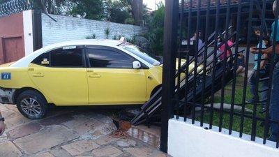 Taxi impactó contra una vivienda