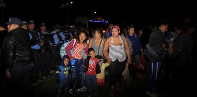 Nueva caravana de migrantes rompió el cerco policial y logró cruzar a Guatemala