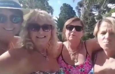 Mujeres se quisieron hacer una selfie, grabaron su divertida conversación y se volvieron virales
