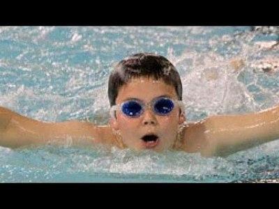 Recomendaciones para el cuidado de los ojos: El agua de piscina y rayos UV son fuentes de riego