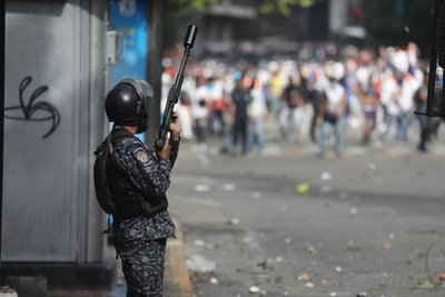 Antimotines se enfrentan con manifestantes opositores en Caracas