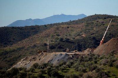 España: Mineros, a dos metros del pozo donde cayó un niño