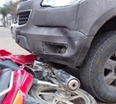Dos muertos: Camioneta se lleva por delante una motocicleta