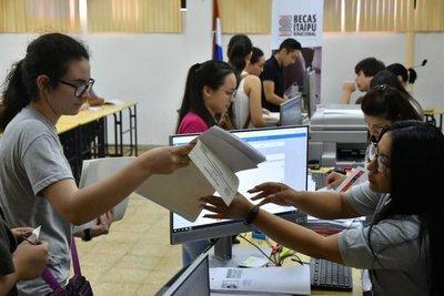 Más de 5.000 jóvenes pujarán por Becas Itaipú