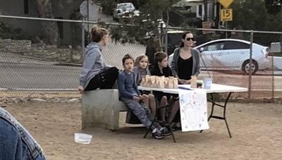HOY / Angelina Jolie y sus hijos fueron captados vendiendo en la plaza