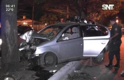 Vehículo chocó contra un árbol sobre Mariscal López