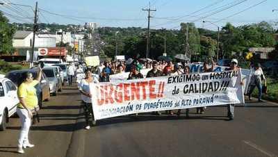 Usuarios de salud pública marchan por un nuevo hospital en CDE