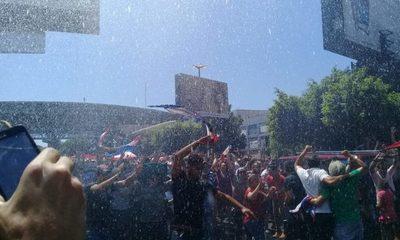 Manifestantes soportan heroicamente el calor de CDE, y Bomberos aplaca